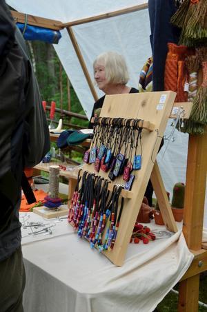 Hantverk. Flera utställare fanns på Tivedsdagen. Vid Ulla Finnmans stånd kunde man bland annat köpa smycken.