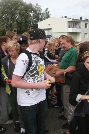Ungdomarna laddades med äpplen och bananer för att få energi för att följa debatten inne i Gnarpsviljan.