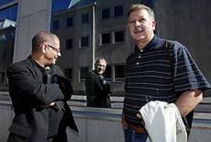 Foto: LEIF JÄDERBERGPå olika sidor. Fakhroddin Fani och  Manuel Echeverria, två politiskt intresserade invandrare i Gävle, men i EMU-frågan hamnar de på olika sidor.