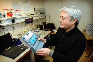 Janne Berglund vid Jämtkraft med en modell av de nya elmätarna som installerats hos Jämtkrafts alla kunder.