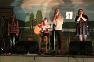 Gruppen Dreams uppträder. All musik under kvällen var helt och hållet akustisk.