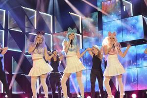 Molly, Dolly och Polly i Dolly Style övertygar i ett fartfyllt nummer med danssteg som simulerar berg-och dal-barnefärd.