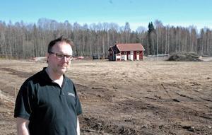 Här på IK Grims nedlagda fotbollsplan planerar Oppigårds vd Björn Falkeström ett nytt bryggeri som ska sexfaldiga ölproduktionen.