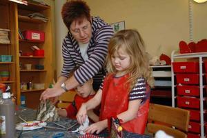 PYSSEL. Elias och Ida skapar tomtefigurer. Förskollärare Margareta Börrefors hjälper till med pysslet.