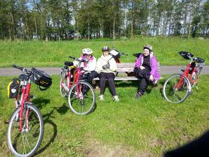 Tre cyklande damer tar en vilopaus.