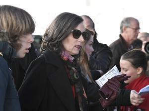 Svenska Akademiens ständiga sekreterare Sara Danius står i kö vid insläppet till Bob Dylans konsert på Stockholm Waterfront i april i år.
