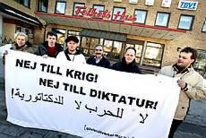 Foto: NICK BLACKMON Festar mot krig. Sanna Påltoft, Björn Öberg, Johan Apel, Anter Seitxan, Christer Forsberg och Björn Pettersson har öppet hus på Folkets hus på lördag.