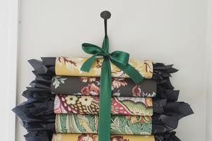 Med gamla toarullar och tapetrester kan du skapa en rolig och personlig adventskalender. .