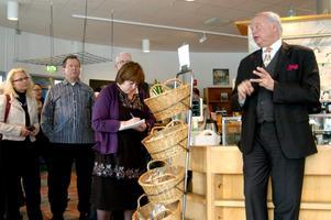 Carl Jan Granqvist berättar om måltidssatsningarna i regionen för det finländska besöket.