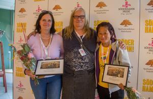 Maria Hansson Nielsen (i mitten) tillsammans med två av pristagarna Carina Karlsson och Majs Keller.