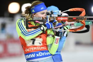Sveriges Linn Persson på skjutvallen vid världscupentävlingen i skidskytte singel mixad stafett på skidstadion i Östersund.