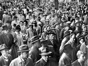 En bild det är svårt att sluta titta på. Försök att hitta någon utan hatt, det gäller både män och kvinnor.