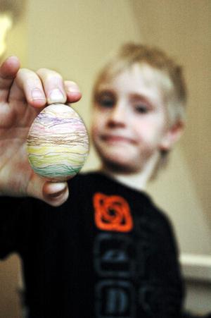 Erik Larsson visade stolt upp sitt nymålade ägg.