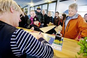 Här lämnar de tolv förskolorna in en juridisk överklagan till förvaltningsrätten. Handlingarna går först via Östersunds kommun. På bilden: Karolinn Eriksson med sonen Leopold från Litsongan samt Per-Olov Wikberg från Trollmax i Odensala.