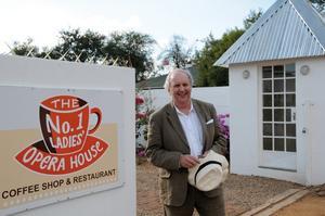 """Detektivoperahus. Över en kopp kaffe bestämde sig Alexander McCall Smith att starta en egen opera. Nyligen invigde han """"The No 1 Ladies Opera House"""" utanför Gaborone i Botswana. Foto: Mats  Ögren"""