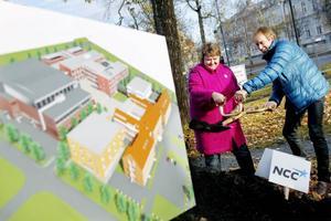 AnnSofie Andersson (S), kommunalråd och Pelle Lundgren, ordförande Jämtlands gymnasieförbund satte spaden i jorden.