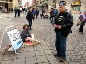 """Det var i lördags som Monessa Erenbo (SD), ledamot i Östersunds kommunfullmäktige, klädde ut sig till en """"framtida människa som lever i slummen"""" under en SD-manifestation vid Stjärntorget i Östersund. Christer Jonsson (SD) hjälpte till under manifestationen."""