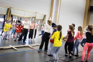 Dansgrupperna är indelade efter låg- mellan- och högstadiet.