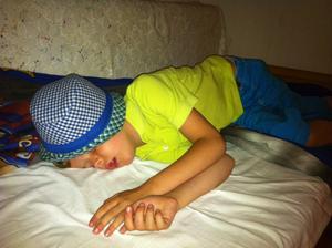Festen är över!Elias, 8 år, kom hem sent från morbrors 40-årsfest