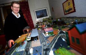 I december 2003 fick Per Sundbom i Lit ett nytt, bättre liv tack vare sin svåger som gav honom en ny njure. I somras byggde han upp en rejäl modelljärnväg hemma med fantasi-landskap. Första tåget fick han när han var sex år.  Foto: Håkan Luthman