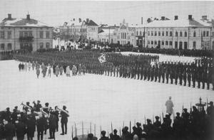 Jägarbataljonen på Vasa torg i februari 1918. Styrkorna inspekteras av general Mannerheim.