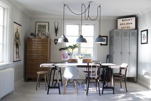Lamporna över matsalsbordet kommer från en symaskinsfabrik i Budapest.