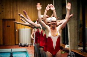 """""""Allt flyter"""" är skriven av Måns Herngren och kulturjournalisten Jane Magnusson, som själv tränar ett manligt konstsimlag.Foto: Mia Carlsson"""