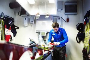 Sebastian Wredenberg glidvallar i skidskyttelandslagets vallabuss. Vem vet, kanske är det Björn Ferrys skida som glidvallas när bilden fotograferas.