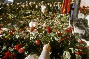 Sverige sörjer. Ett berg av blommor på mordplatsen för 30 år sen.
