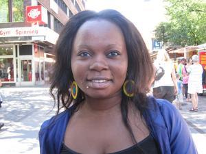 Nanette Makaya, 18 år, student, bor på Öster i Gävle.– Jag tycker att alla är som de vill vara här i Gävle. Vissa tycker om att sticka ut och andra tycker om att gömma sig, folk är olika och det är okej. Jag upplever inte att det finns en slags blygsamhet, men det är också skillnad på oss unga och på äldre.