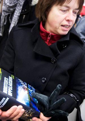 """Eva Olofsson från Brunflo hade skyndat ut på lunchen för att köpa Norstedts uppslagsbok på beställning av sin pappa. """"Nu hinner jag inte handla något åt mig själv. Jag får gå tillbaks en annan dag"""", sade hon."""