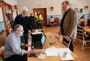 Lennart Burman, David Burman och Sven-Olov Andersson, Östersunds schacksällskap, håller koll på resultaten