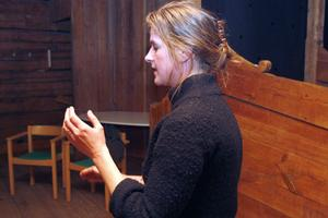 Emma Eriksson, musiklärare från Forsa, leder övningarna.