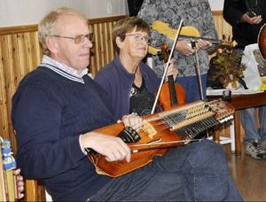 Göran Larsson och Gunborg Lundström tar en liten paus mellan låtarna.
