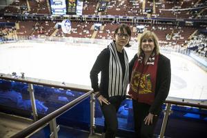 Ulrika Liljeberg (C), Kommunalråd Leksand och Anna Hed (C), kommunalråd Mora tittar på kvalhockeyn tillsammans.