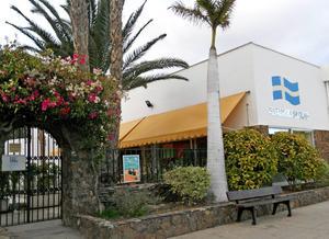 I den typiskt svenska kanarieorten San Augustin, ligger både svenska skolan, svenska kyrkan och svenska bostadskomplex. I svenska skolan och förskolan får barnen gå under den period/år familjen bor på södra Gran Canaria.