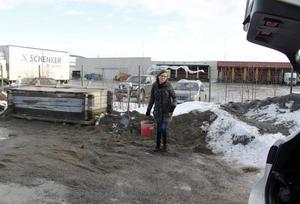 Catrin Nordlöf hämtar sand på Plåtslagarvägen för andra gången under den halkiga tisdagen.