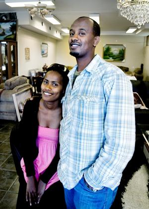 """""""Ett mycket bra ställe att bo på med bra människor"""", säger Serjio Abdulakdir om Sandviken dit hans hustru Mesay Feyssa nu kommit efter. Sedan i måndags är paret från Eritrea egna företagare."""