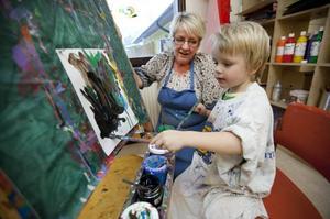 """Lugnt skapande. Anton Sparring har valt flera färger att måla med. Han brukar ofta komma till Tuula Heino, förskolläraren som har hand om Lergökens skapandeateljé. """"Det är kvalitet det här"""", säger hon."""