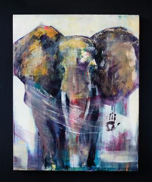 Återkommande motiv. Efter att ha varit utbytesstudent i Sydafrika började Karin måla elefanter. Sonen Alfred har hjälpt till med tavlan genom att bidra med sitt handavtryck – därav tavlans namn,