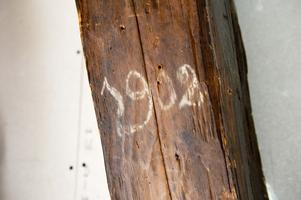 För 114 år sedan skrev någon årtalet på bjälken.