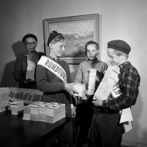 Rundturens häften lämnas, har fotografen skrivit på negativfickan. Pojkarna har band över magen och de ack så populära baskrarna på huvudena. Fotot är från maj 1953.