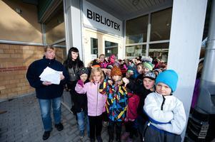 Föräldrarna Minna Eriksson och Jacqueline Ethier har startat en namninsamling mot nedläggningen av Domnarvets bibliotek. Elever från förskoleklass upp till årskurs två visar vad elever och personal på Domnarvets skola tycker om beslutet.