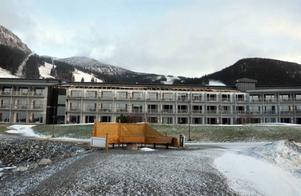 Omkring 60 meter yttertak från Holiday Clus hotelldel slets av och for i stora bitar upp mot byn.