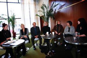"""Jennie Silfverhjelm och Inga-Lill Andersson, till vänster i bild, spelar grannar till Marie Göranzons rollfigur i """"Gäckanden"""". Gösta Ekman har regisserat, Marie Göranzon spelar huvudrollen, Marie-Louise Ekman har skrivit och regisserat, Gunilla Nyroos spelar andra huvudrollen och Malin Eidin sitter i Riksteaterns syrelse."""