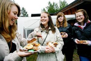 """""""Så här mycket brukar vi inte äta annars."""" Therese Månsson, Johanna Östlund, Johanna Landén och Josefine Östlund laddar för kakfest."""