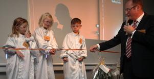 Adina, 4 år, samt 5-åringarna Nora och Oscar fick inviga det nya labbet som ska främja fiberteknisk utveckling. Som medhjälpare har de Fiber Optic Valleys vd Magnus Burvall.
