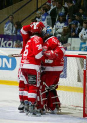 Backen Pär Styf hyllar sin målvakt Mika Oksa efter segern mot Leksand.