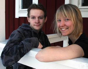 Sten Strandberg, 22, avgående ordförande, och Magdalena Enlöf, 24, fältkonsulent, gläds åt att UNF i länet får allt fler medlemmar.Foto: Matsåke Persson
