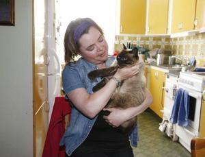 De flesta som ringer till Ulrika har djur som är sjuka eller har sprungit bort.– Jag har haft kontakt med cirka 200 djur sedan jag började jobba i januari, säger hon. Här kelar hon med katten Miranda.